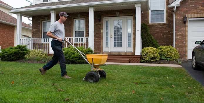 iStock_000019497822_fertilizing_lawn_695x352.jpg